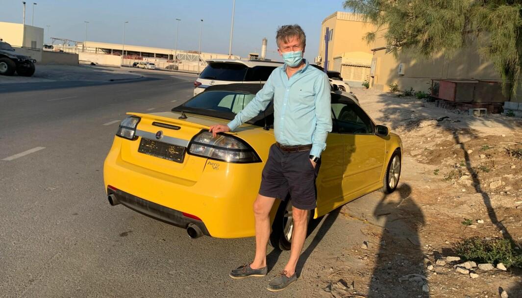 """<span class=""""font-weight-bold"""" data-lab-font_weight_desktop=""""font-weight-bold"""">SOLGUL: </span>SAAB-familiefar Kjetil Urheim besiktiger enda en SAAB cabriolet til salgs – her på jobb i Dubai."""