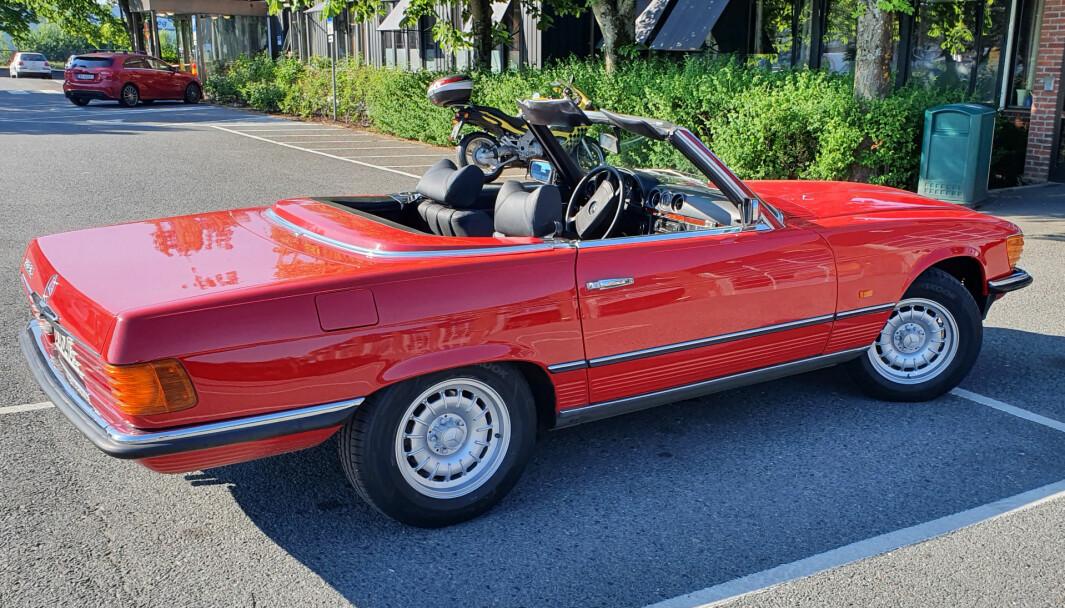 """<span class=""""font-weight-bold"""" data-lab-font_weight_desktop=""""font-weight-bold"""">RØDFIS:</span> Radiokjendis Geir Schau får inngangen til teknisk kontroll hos Biltilsynet til å se ut som Beverly Hills – bare ved hjelp av sin Mercedes 350 SL."""