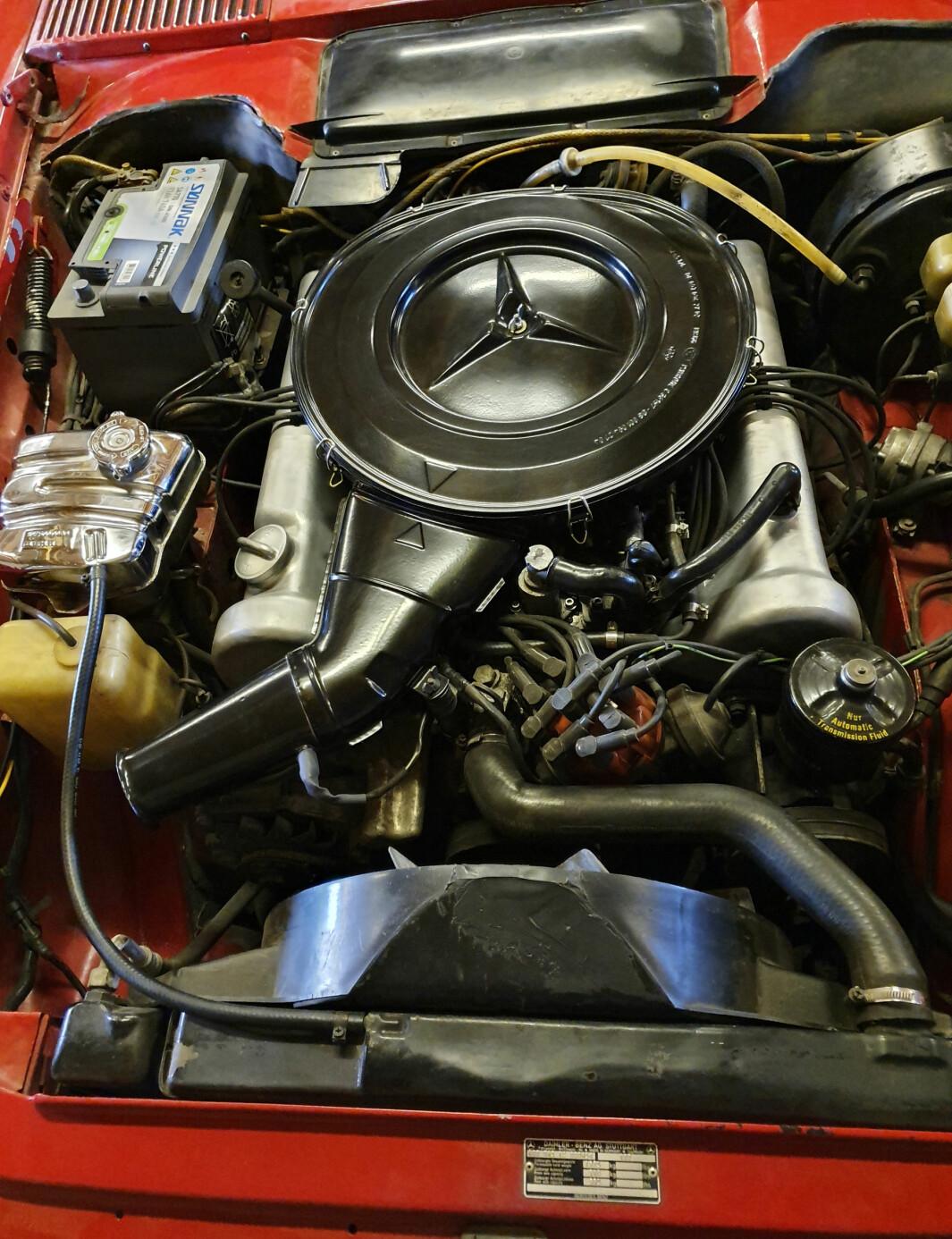 "<span class=""font-weight-bold"" data-lab-font_weight_desktop=""font-weight-bold"">INDRE ORGANER: </span>Slik ser det ut i brystkassa til Geir Schau – eller mer presist: under panseret på hans Mercedes 350 SL."