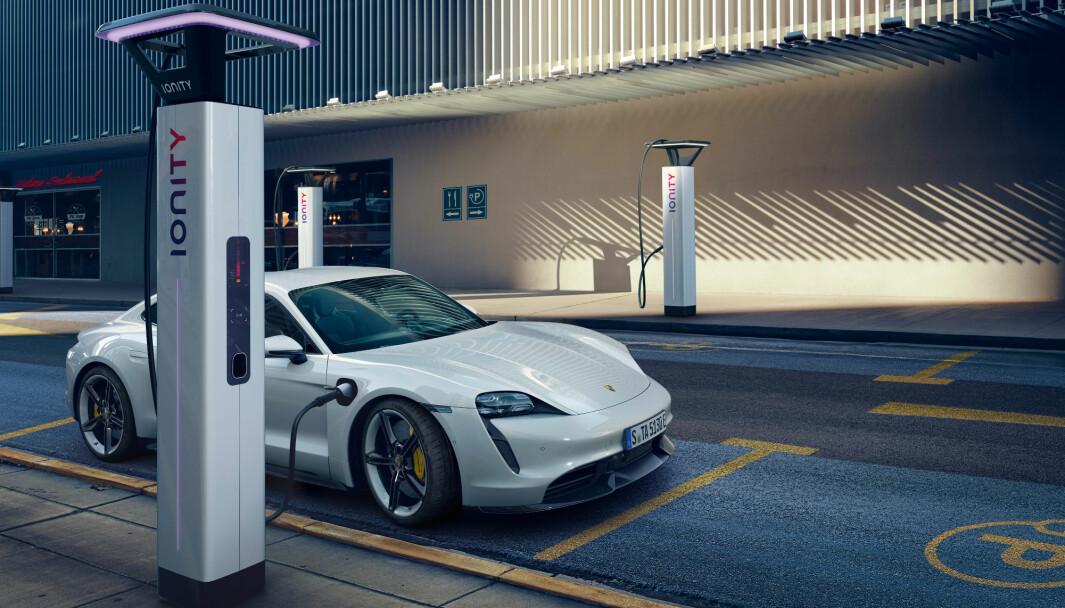 REKLAMERER MED 350 KW: Men nå får kundene «tilbudet» om å strupe toppeffekten på lading til 200 kW.