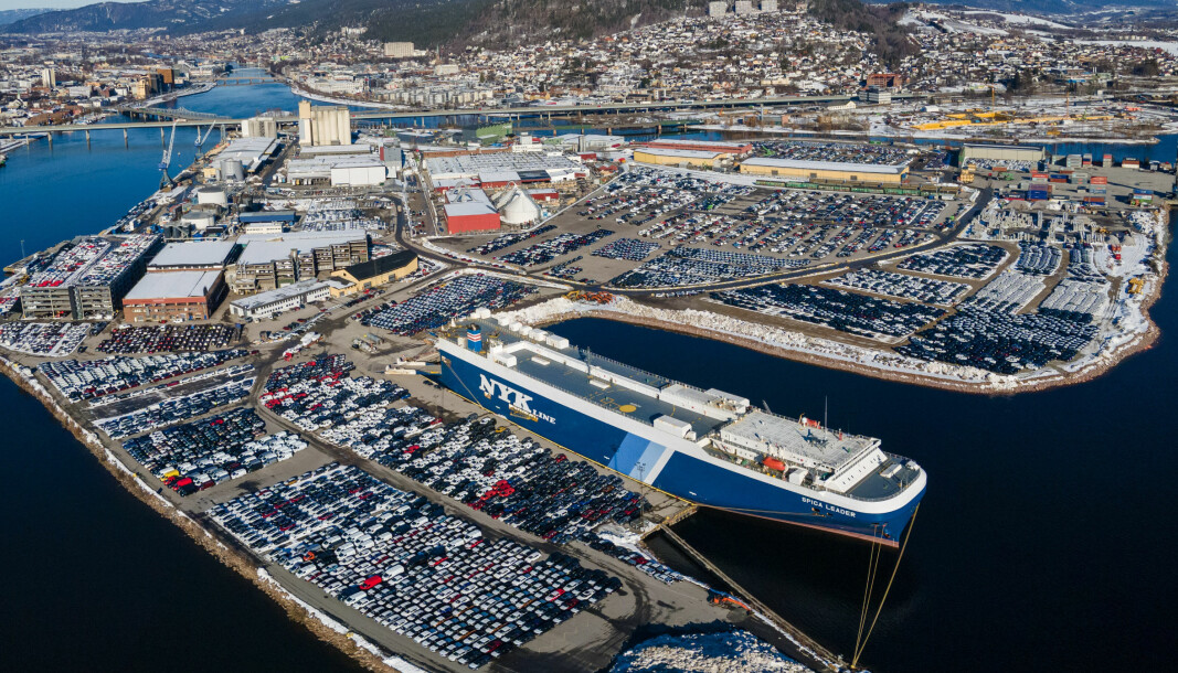 ELBILHAVNA: Tusenvis av elbiler gjør det trangt om plassen på Drammen havn. Men hvordan er det med prisene?