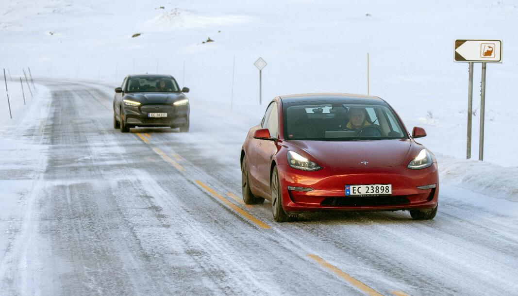 TILBAKE I TET: Tesla Model 3 er Norges mest populære bil for tiden, her med Ford Mustang Mach-E nærmest under vår rekkeviddetest i mars.