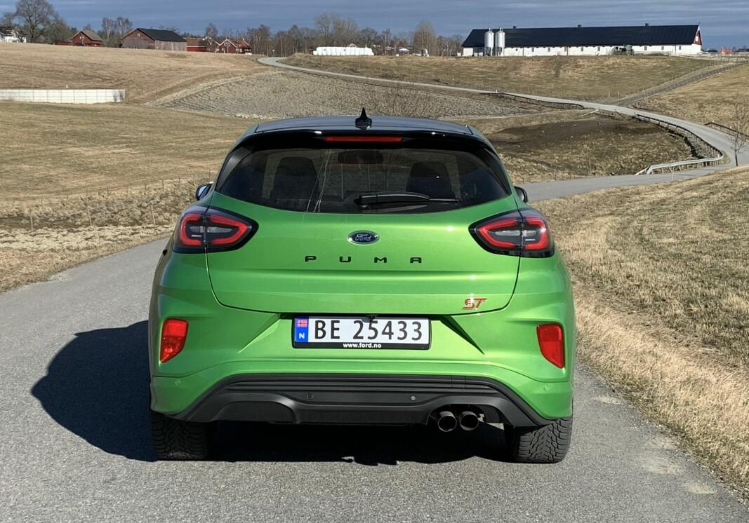 """<span class="""" font-weight-bold"""" data-lab-font_weight_desktop=""""font-weight-bold"""">SYMETRIFEIL:</span> Enderør bare på den ene siden forrykker den visuelle likevekten. Diffuseren skal ifølge Ford gi bedre marktrykk og joda, bilen sitter godt på veien."""