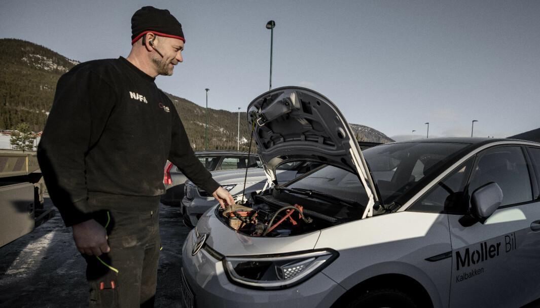BARE SMIL: Bilberger Trond Sjølie i aksjon på en VW ID.3 under Motor og NAFs rekkeviddetest tidligere i år.