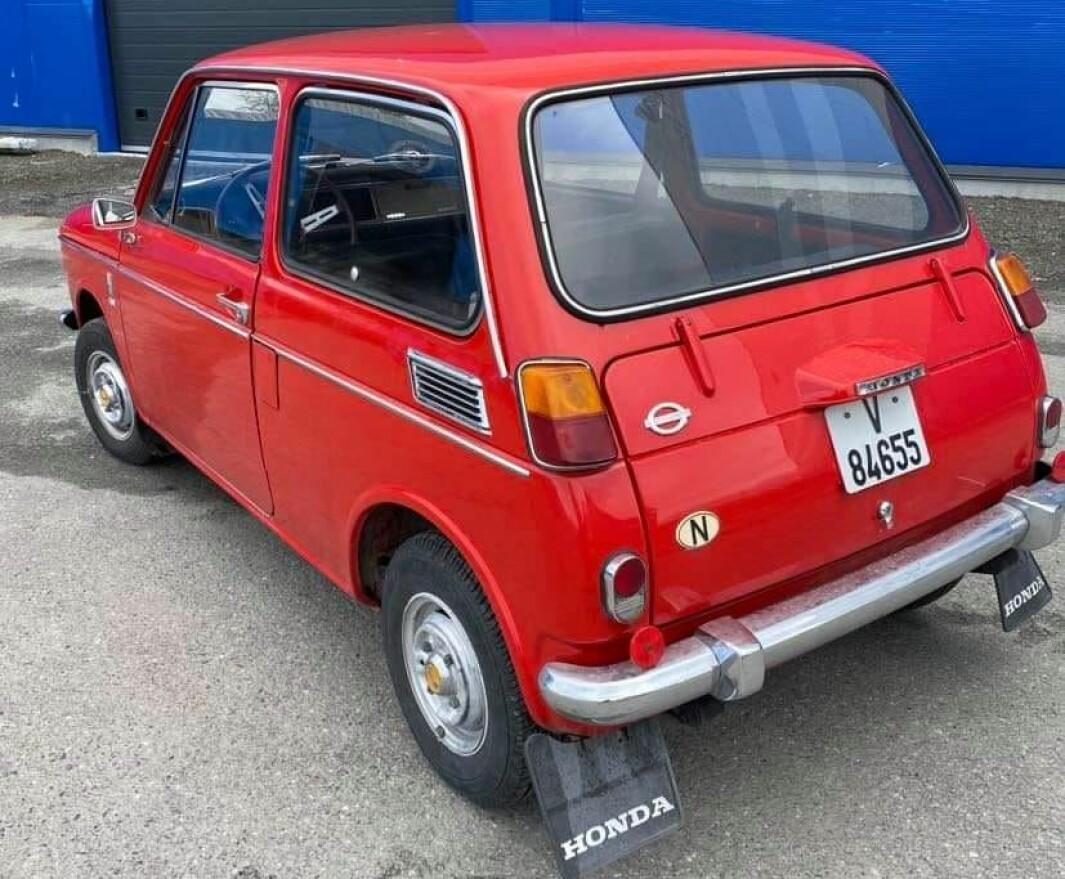 """<span class=""""font-weight-bold"""" data-lab-font_weight_desktop=""""font-weight-bold"""">RØDFIS:</span> Hilde Simonsen i Troms er stolt eier av en vakker, liten Honda fra en tid små biler var populære i Norge."""
