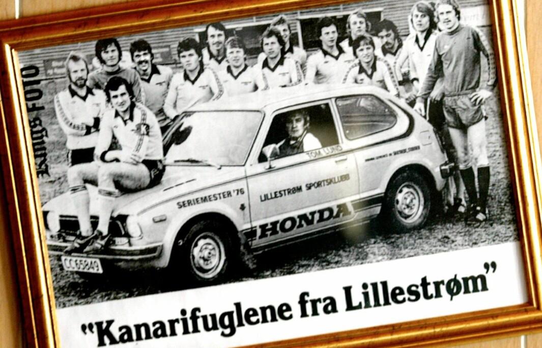 EN FUGL I HONDA…: Lillestrøms fotballklubb LSK inngikk avtale med Honda-importøren om å disponere 27 nye Civic. På panseret troner klubbens mest kjente spiller fra 1970-årene, Tom Lund.