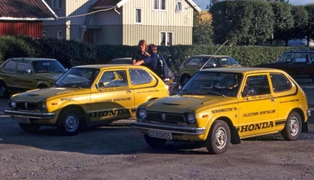"<span class=""font-weight-bold"" data-lab-font_weight_desktop=""font-weight-bold"">HONDA FOR HÅNDEN:</span> De solgule bilene til LSK syntes hvor hen de kjørte. Spillerne Jan Birkelund og Tor Egil Johansen står ved bilen; Per Brogeland sitter i den nærmeste bilen."