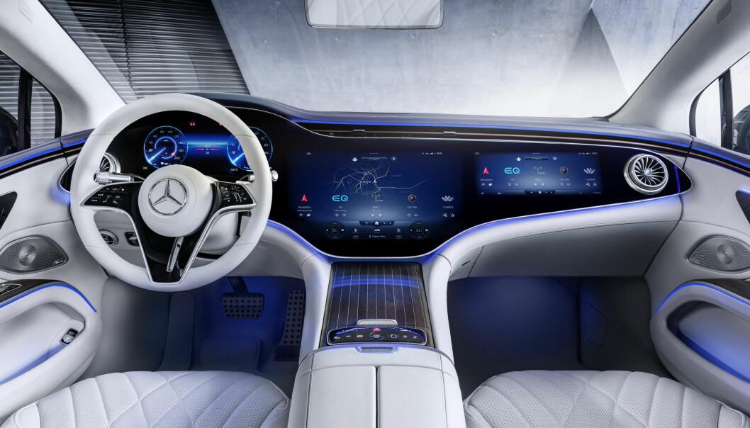 ELBILENES KONGE? Slik ser det ut inne i EQS, det elektriske Mercedes-flaggskip som lanseres torsdag.