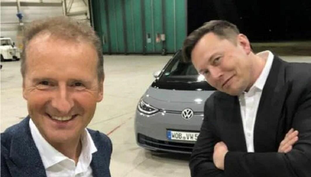 GOD STEMNING: VW-sjefen, Herbert Diess (til venstre) skal ha blitt ønsket av Elon Musk som Tesla-sjef i 2015.