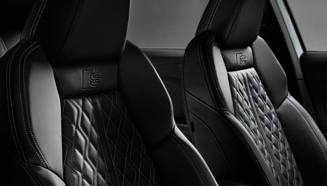 """<span class="""" font-weight-bold"""" data-lab-font_weight_desktop=""""font-weight-bold"""">EKSKSLUSIVT: </span>Audi kan tilby materialvalg i en klasse over Skoda og VW, men tar seg også betalt for det. Her er setene i en S-line."""