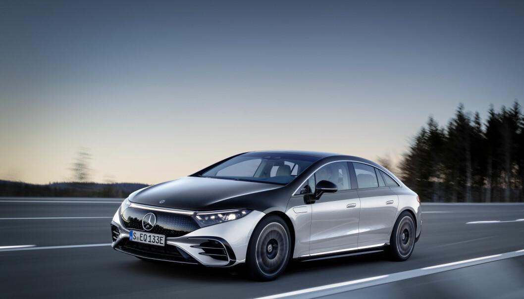 """<span class=""""font-weight-bold"""" data-lab-font_weight_desktop=""""font-weight-bold"""">GLIR GJENNOM LUFTEN: </span>Med en luftmotstandskoeffisient på sensasjonelle 0,20, er Mercedes EQS verdens mest aerodynamiske produksjonsbil."""
