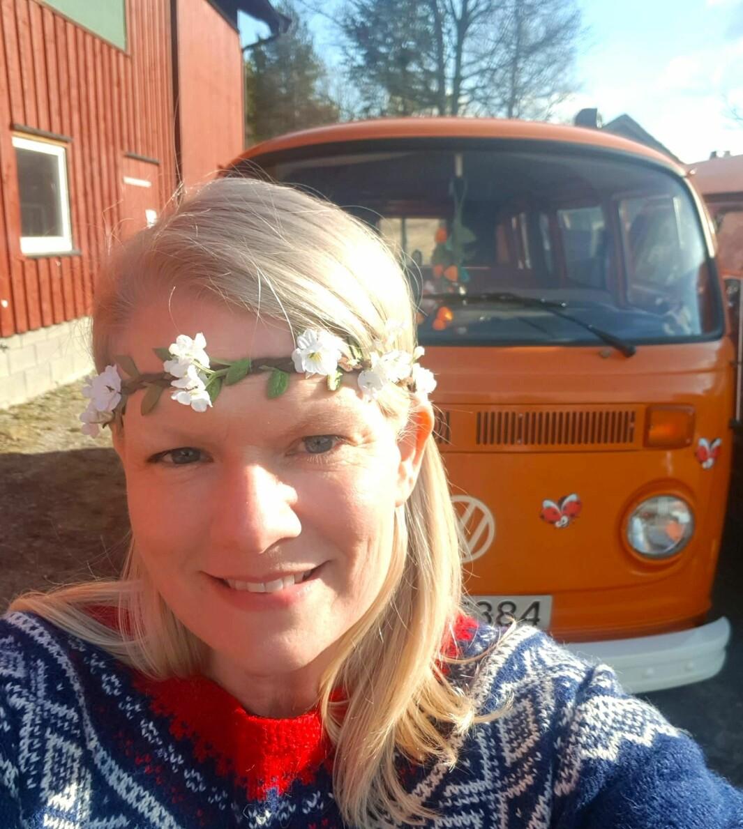 """<span class=""""font-weight-bold"""" data-lab-font_weight_desktop=""""font-weight-bold"""">BLOMSTERBILEN:</span> Kari Harrydotter har et gjennomført vennlig tema på sin VW-buss."""