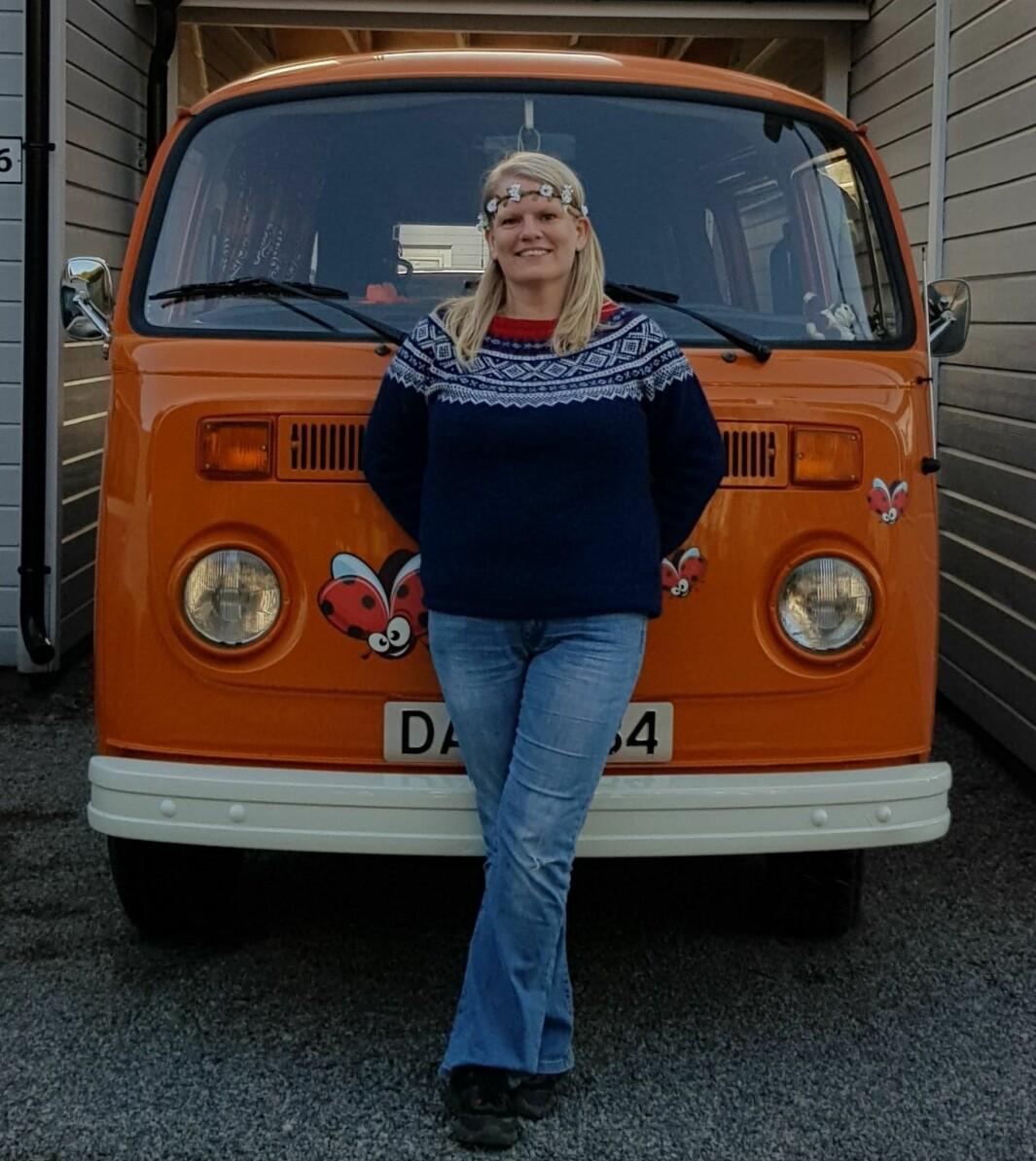 "<span class=""font-weight-bold"" data-lab-font_weight_desktop=""font-weight-bold"">FLOWER POWER:</span> Kari Harrydotter mener at når bilen først skal være orange, skal det synes både utenpå og i hele interiøret."