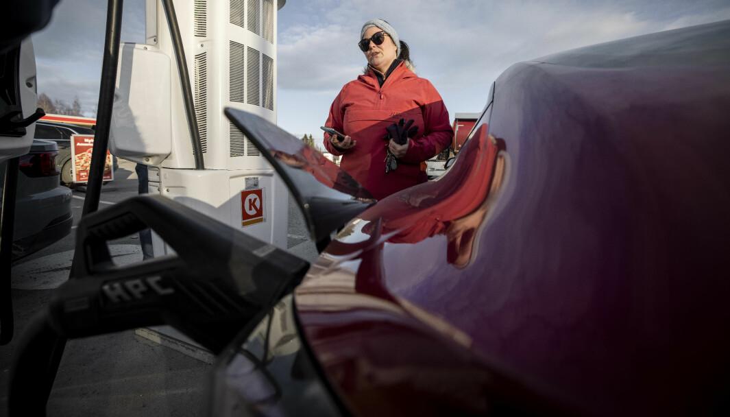 OG VINNEREN BLE...: Tesla Model 3 lader raskest, kan NAFs elbilekspert Anette Berve konstatere.