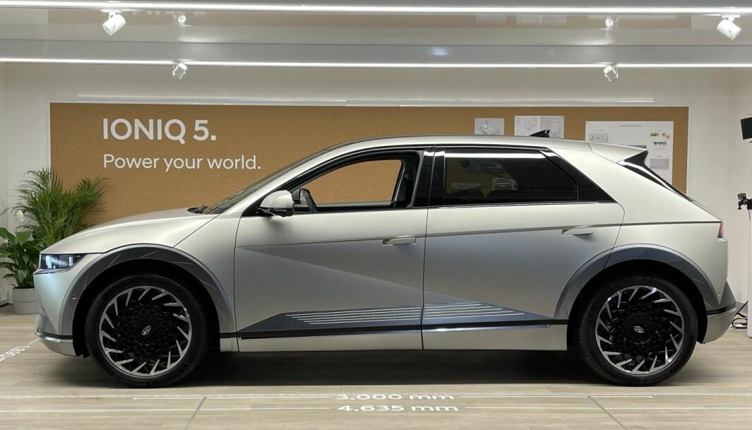 STØRRE ENN DEN SER UT: Man kan tro utfra bildet at Hyundai Ioniq 5 er stor som en VW Golf, men den er i virkeligheten 463,5 cm lang med akselavstand som en stor luksusbil.
