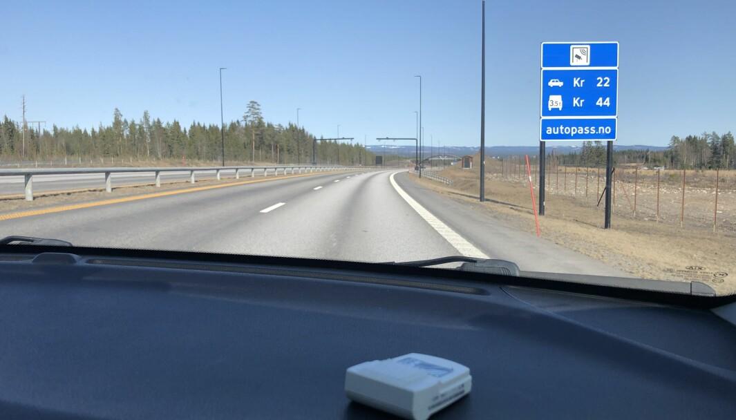 ELBILBRIKKE: Her passerer Motor bomstasjonen mellom Hamar og Elverum med brikke for elbil i en bensinbil.