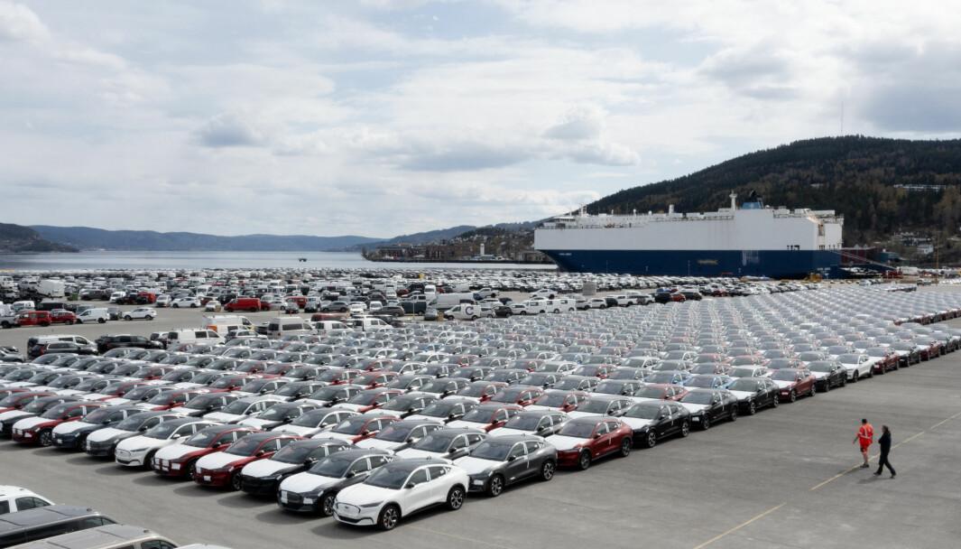 FLOMMER INN: Bilcontainerskipene kommer fullastet med elbiler til norske havner. Her fra Drammen, med noen hundretalls Ford Mustang Mach-E på tørt land.