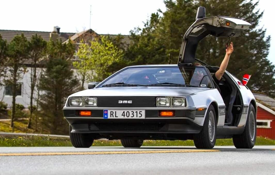 """<span class=""""font-weight-bold"""" data-lab-font_weight_desktop=""""font-weight-bold"""">VINGESPENN:</span> Rogalendingen Svein Apeland digger populærkultur fra 1980-tallet og en velstelt DeLorean DMC12 inngår i samlingen."""