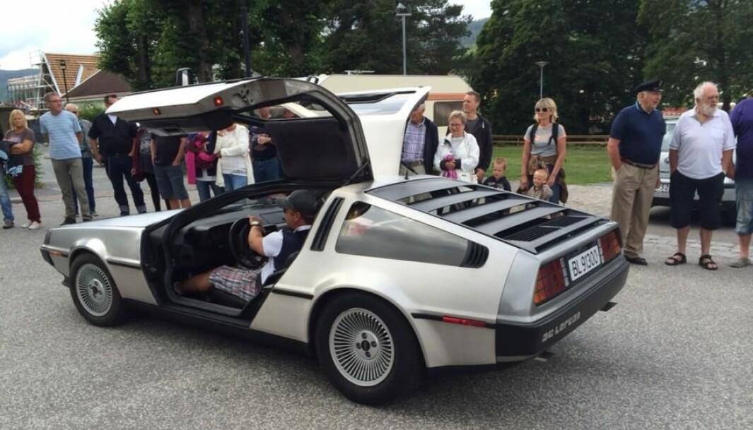 """<span class=""""font-weight-bold"""" data-lab-font_weight_desktop=""""font-weight-bold"""">KONTAKTSKAPER: </span>Uansett hvor Henrik Scott Forsberg kjører DeLorean stopper folk opp for å se."""