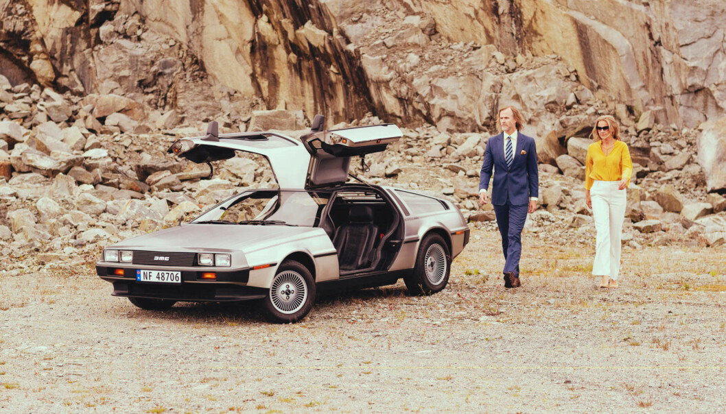 """<span class=""""font-weight-bold"""" data-lab-font_weight_desktop=""""font-weight-bold"""">VING-VING-SITUASJON:</span> Haakon Laastad er en samler og sanker som handler veteranbiler av ymse merker, også nylig en DeLorean. Her med Kjersti Eriksen Isdahl."""