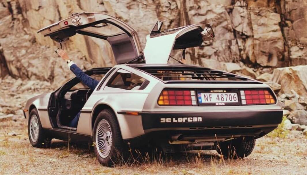 "<span class=""font-weight-bold"" data-lab-font_weight_desktop=""font-weight-bold"">VINGESPENT: </span>Haakon Laastad demonstrer hvordan man lukker måkevinge-dørene på DeLorean: med en hempe."