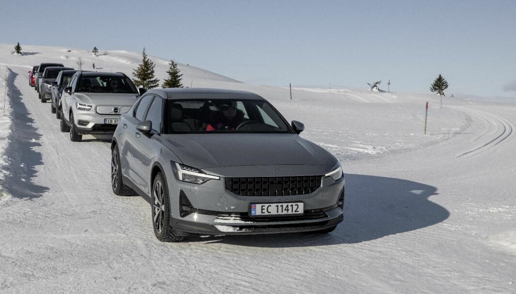 TIL FJELLS: Polestar 2 fremst blant et knippe biler vi hadde i rekkeviddetest i vinter.