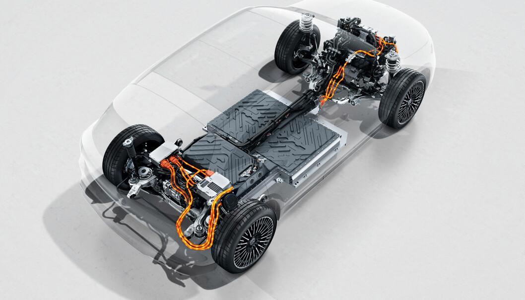 """<span class="""" font-weight-bold"""" data-lab-font_weight_desktop=""""font-weight-bold"""">AVANSERT:</span> Slik ser det ut under skaller i en EQA med en elmotor på hver aksel, batteripakke i bunn og firehjulsdrift."""