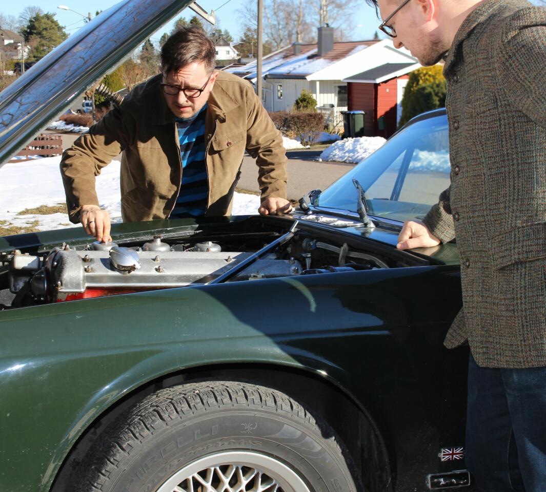 """<span class=""""font-weight-bold"""" data-lab-font_weight_desktop=""""font-weight-bold"""">PANSERVOGN: </span>Nick Johannessen kjenner hver slitedel og mutter langt inn i sjela på sin Jaguar XJ. Her spiller han to roller, som han gjerne gjør på fotografiene til prosjektet Well Dressed Dad."""