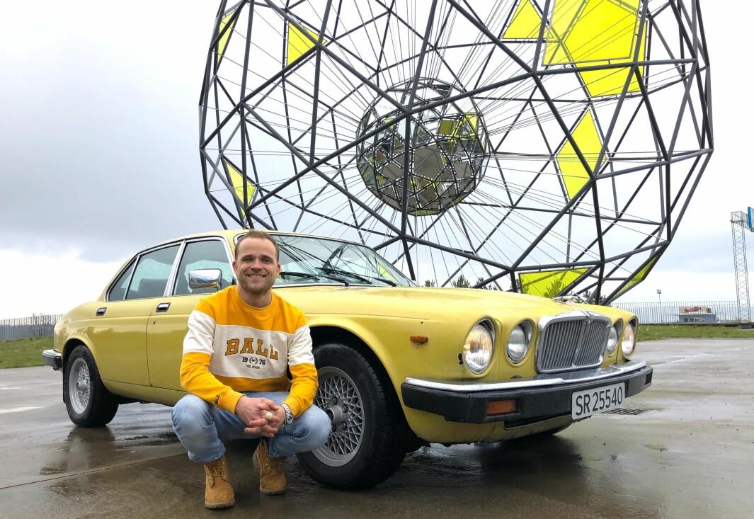 """<span class=""""font-weight-bold"""" data-lab-font_weight_desktop=""""font-weight-bold"""">NY RUNDE: </span>Marius Mørch Larsen prater stadig vekk bil i «Mil etter mil – en podcast om bil» og har bredt erfaringsgrunnlag – også med sin Jaguar XJ som han var nær ved å gi opp – før han tok ny sats. Nå har det ene av forsetene fått skiftet trekk."""