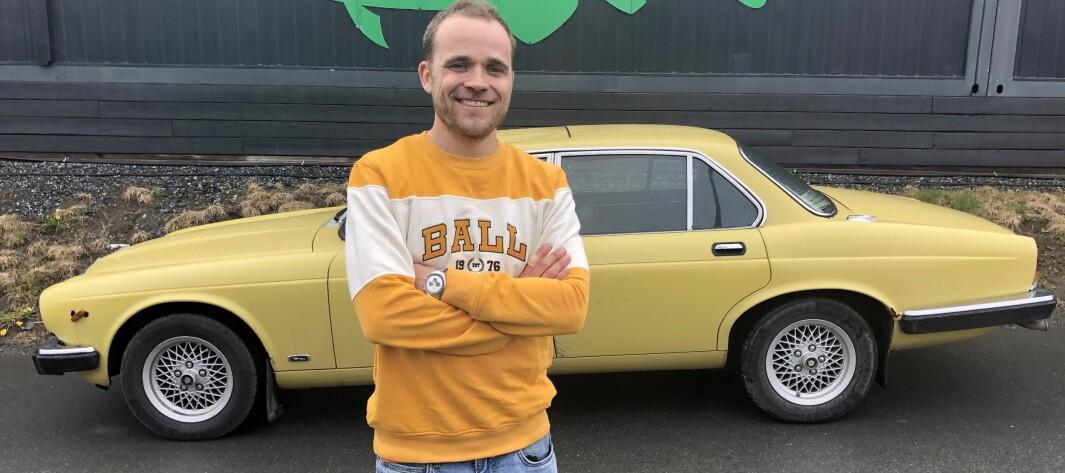 """<span class=""""font-weight-bold"""" data-lab-font_weight_desktop=""""font-weight-bold"""">ÆRLIGHET VARER LENGST:</span> Bilpodkast-konge Marius Mørch Larsen snakker aldri Jaguar XJ ned, men er likevel ærlig på bilens lyter."""