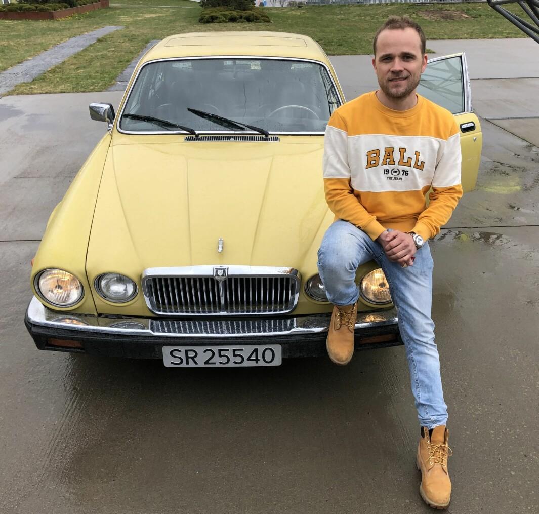 """<span class=""""font-weight-bold"""" data-lab-font_weight_desktop=""""font-weight-bold"""">GRILLSESONG:</span> Bærum-mannen Marius Mørch Larsen oppgir at han egentlig er et «BMW-menneske» som har endt opp med en veldig gul Jaguar XJ – og en rekke Range Rovere."""