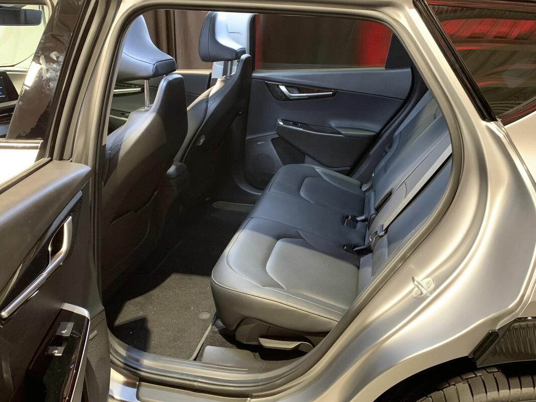 ...og relativt romslig også bak. Det flate gulvet gir tre brukbare sitteplasser.