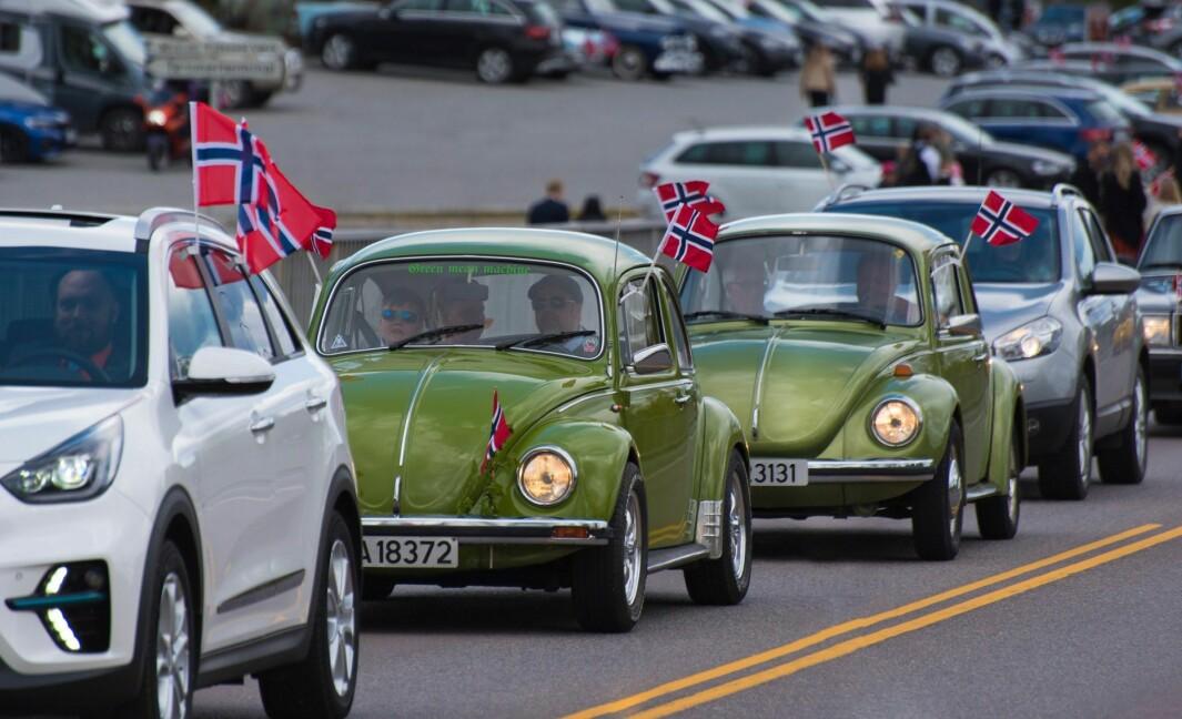 FLAGGFOLKET: Lokalmannen John Nyborg har fotografert hvert bidige kjøretøy som deltok på Eidsvolls 17. mai-parade i fjor, og står igjen klar med telelinsa i år.