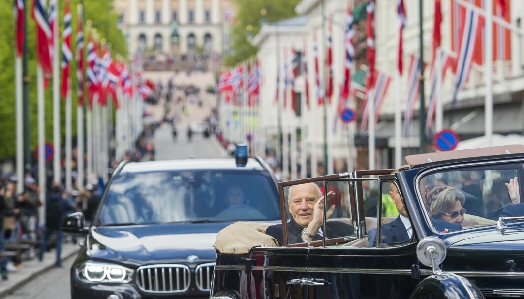 PÅ TUR MED A1: Kong Harald og dronning Sonja cruiser nedover Karl Johans gate i åpen bil under 17. mai-feiringen i Oslo i fjor.