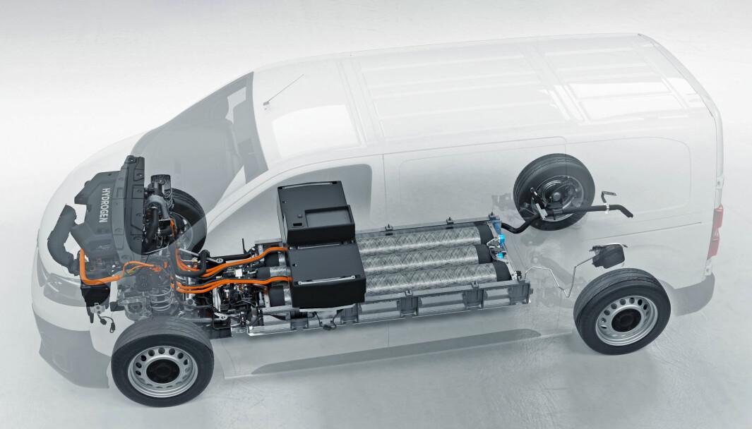 KOMPLEKS TEKNOLOGI:  Mens en vanlig Vivaro-e greier seg med batteripakke og elektromotor, trenger denne tre hydrogentanker, brenselceller og batteri i tillegg til elektromotoren.