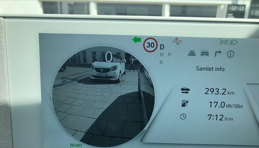 """<span class="""" font-weight-bold"""" data-lab-font_weight_desktop=""""font-weight-bold"""">GENIALT:</span> Bare koreanske bilprodusenter har denne utmerkede dødvinkelfunksjonen. Blinker du til venstre, projiseres dødvinkelen opp i venstre del av instrumentpanelet. Motsatt når du blinker til høyre."""