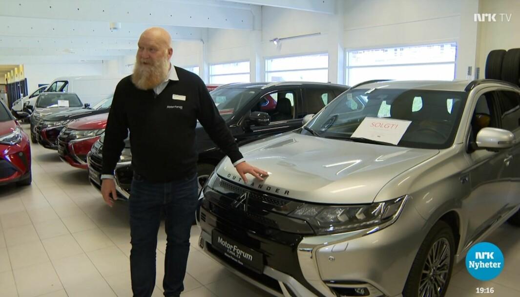 156 BILER: Salgssjef Christian Hyldetoft Haugen mangler Outlandere å selge, sa han på NRK. Men forhandleren har 156 biler på lager…