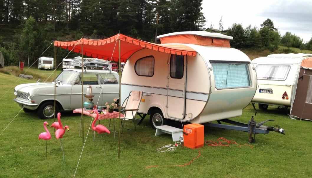 CAMPINGTRENDEN: Stadig flere nordmenn drar på tur med klassiske campingrekvisitter, om enn ikke alltid like stilsikkert som Stein Pedersen i en Yonne Mostard fra 1965 (og hans Opel Kadett fra 1964).
