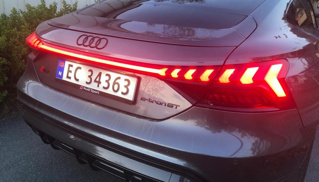 "<span class="" font-weight-bold"" data-lab-font_weight_desktop=""font-weight-bold"">KJENNETEGN: </span>I likhet med tvillingen Porsche Taycan, har Audi GT en ganske spektakulær lyssignatur over hekken."