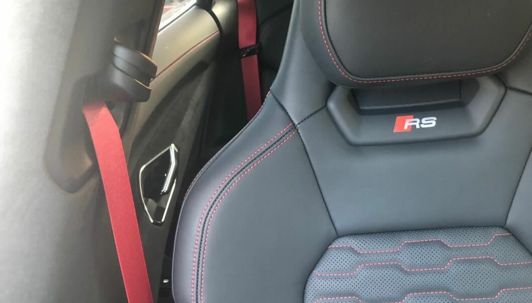 """<span class="""" font-weight-bold"""" data-lab-font_weight_desktop=""""font-weight-bold"""">DETALJER: </span>Kjennere ser på lang avstand forskjell på en e-tron GT og en RS e-tron GT. Innvendig er det litt enklere å registrere."""