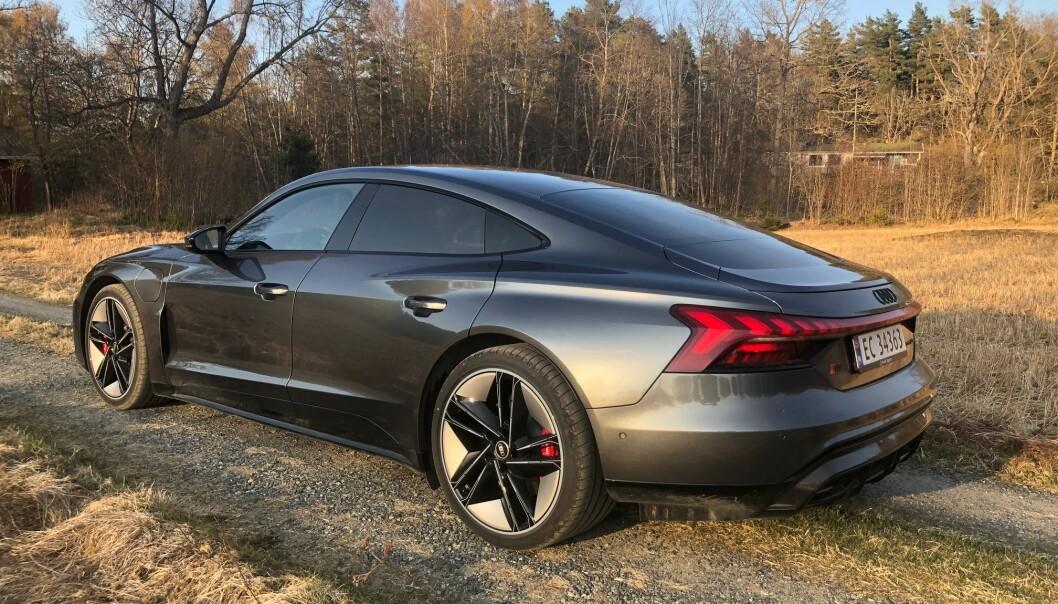 """<span class="""" font-weight-bold"""" data-lab-font_weight_desktop=""""font-weight-bold"""">LINJELEKKER: </span>Profilen til Audi e-tron GT er noe av det lekreste du vil se på veiene framover. Helt lik Porsche Taycan i de grunnleggende linjene, men lyktedesignet skiller tvillingene."""