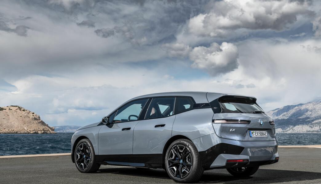 """<span class="""" font-weight-bold"""" data-lab-font_weight_desktop=""""font-weight-bold"""">DESIGNBOMBE: </span>BMW har igjen satt en helt ny standard med design. iX er en modell det tar lang tid å venne seg til."""