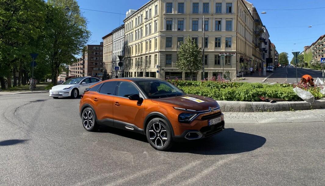"<span class=""font-weight-bold"" data-lab-font_weight_desktop=""font-weight-bold"">UNDERVEIS:</span> Citroën ë-C4 og Tesla Model 3 Standard Range like etter start i dagens test."