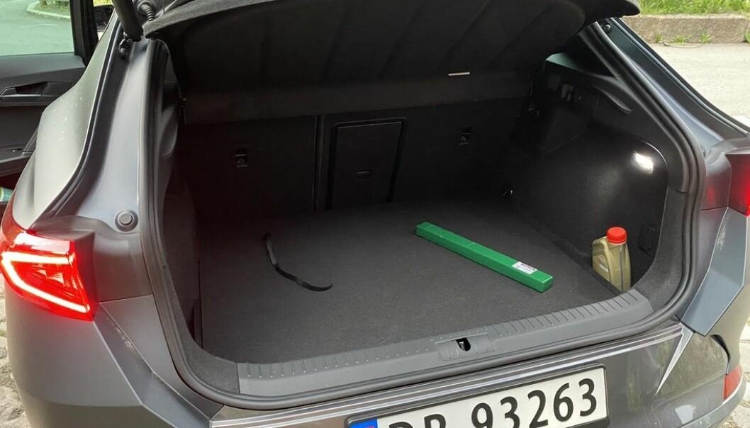 """<span class="""" font-weight-bold"""" data-lab-font_weight_desktop=""""font-weight-bold"""">345 LITER: </span>70 liter mer bagasjevolum enn i en Golf GTE, men kanskje ikke utslagsgivende i en duell. At bilen har skiluke er viktigere."""