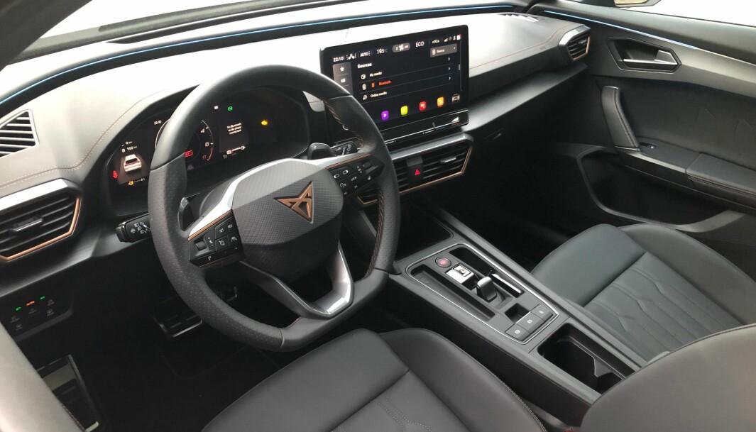 """<span class="""" font-weight-bold"""" data-lab-font_weight_desktop=""""font-weight-bold"""">SOLID: </span>Interiør med høy kvalitetsfølelse og solid funksjonalitet. Dette er en litt oppfrisket Seat Leon, altså kjennes det meste kjennes igjen fra diverse Volkswagen og Skoda-modeller."""