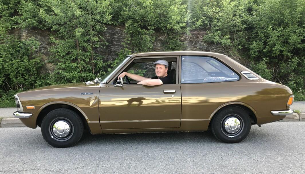"""<span class=""""font-weight-bold"""" data-lab-font_weight_desktop=""""font-weight-bold"""">BRUNOSTEN: </span>Ivar Andersen fant en Toyota Corolla som vennene mener har en tilnærmet fargenyanse som den klassiske, norske brunosten. I motsetning til pålegget er Corolla en global bestselger som sikter mot 50 millioner eksemplarer siden starten i 1966."""