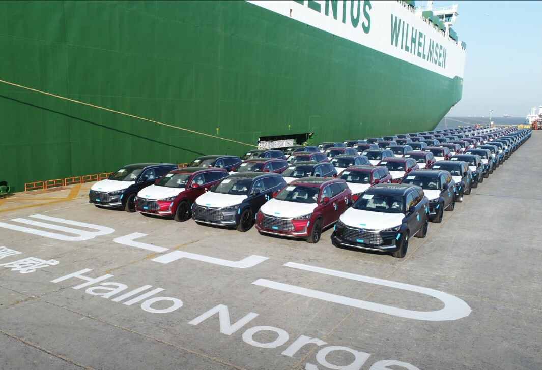 HILSEN FRA SHANGHAI: Her står første forsendelse av den elektriske SUV-en BYD Tang klar for å skipes til Norge. De 100 første er nå på vei.
