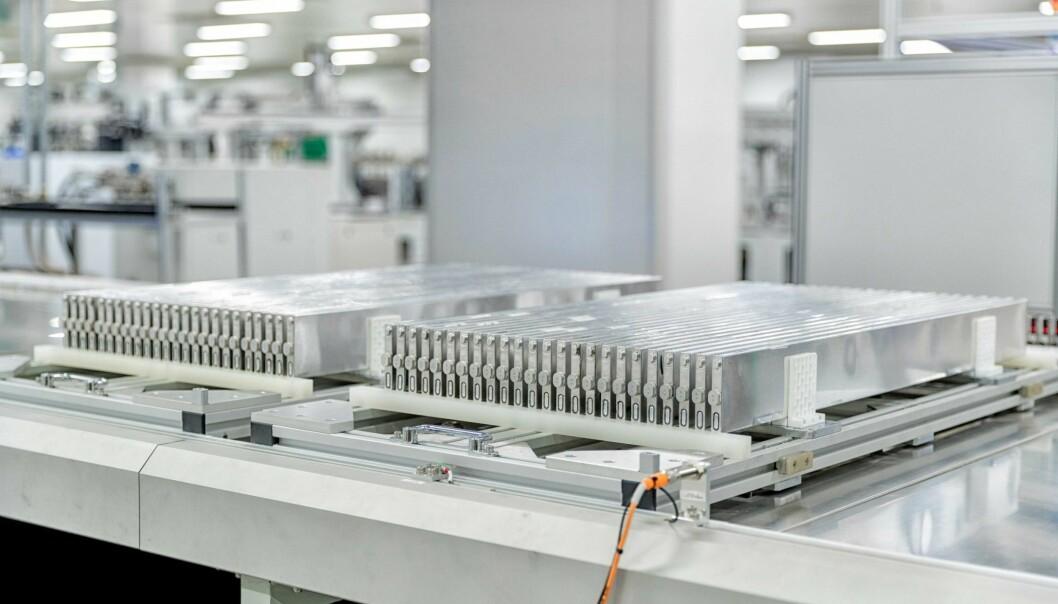 """<span class="""" font-weight-bold"""" data-lab-font_weight_desktop=""""font-weight-bold"""">LAMELL-TEKNOLOGI: </span>De såkalte blade-batteriene har lamellformede celler og skal være helt brannsikre. Lamell-celler eliminerer behovet for moduler - og batteriene er dermed såkalt cell-to pack, som er mindre kostbare å produsere."""