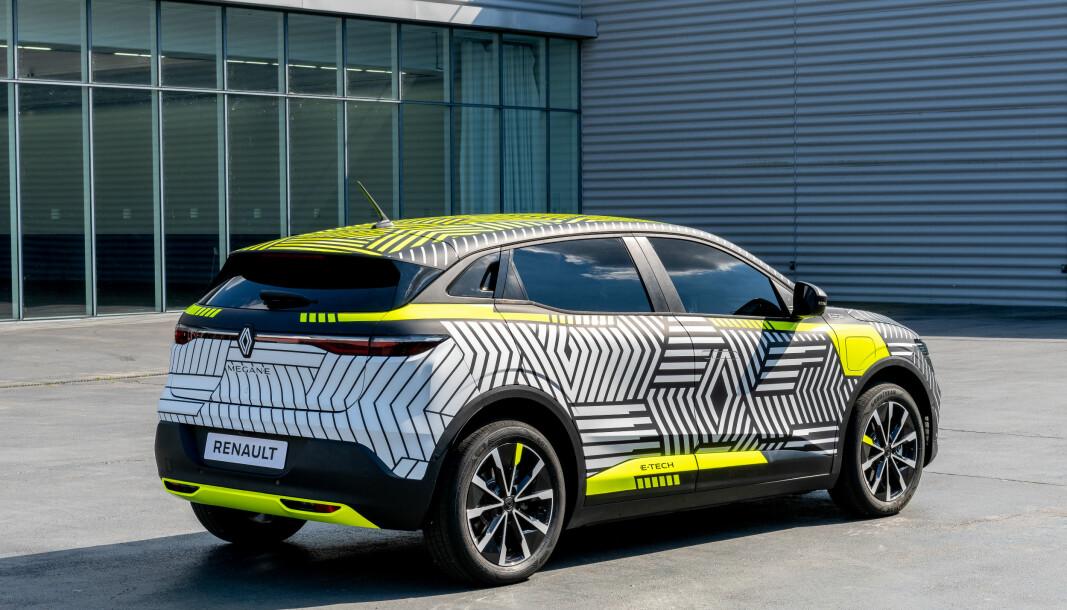 """<span class="""" font-weight-bold"""" data-lab-font_weight_desktop=""""font-weight-bold"""">ELEGANT: </span>Renault har et litt mindre spektakulært designuttrykk enn Nissan har med Ariya. Skrått bakfra ser den kompakt og elegant ut."""
