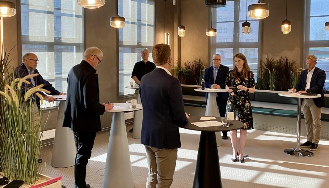 BILAVGIFTER: Politikerdebatt med (fra venstre i bildet) Svein Roald Hansen (Ap), Lars Haltbrekken (SV), Ola Elvestuen (V), Anders Tyvand (KrF) med ryggen til, Bård Hoksrud (FrP), Camilla Ryste fra NAF og Helge Orten (H).